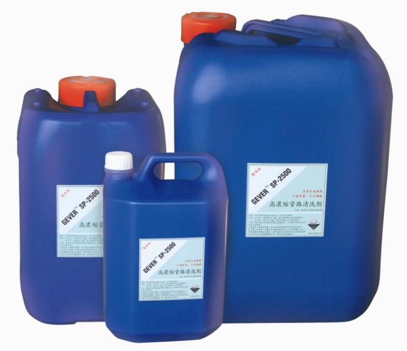 冷凝器使用一段時間後會累積水垢,嚴重影響散熱效果,必須以除垢劑清洗掉
